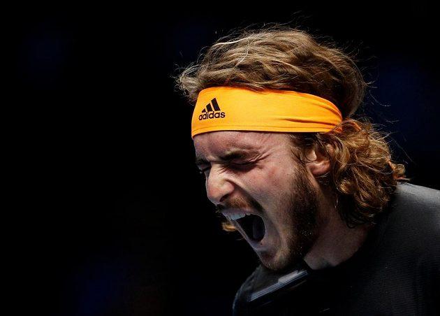 Stefanos Tsitsipa při semifinále s Rogerem Federerem na Turnaji mistrů.