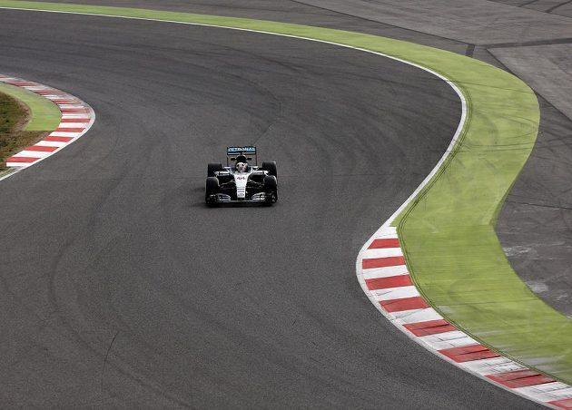 Lewis Hamilton během testů v Barceloně.