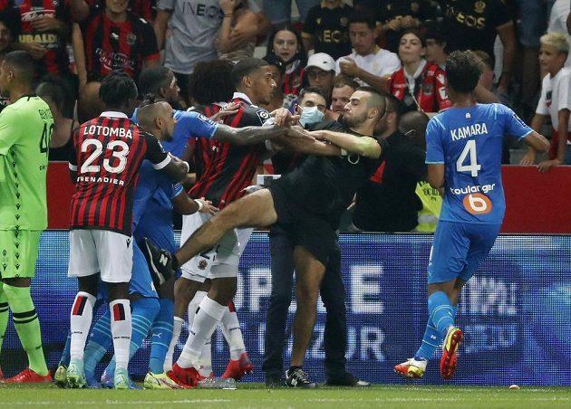 Duel francouzské fotbalové ligy Nice - Marseille se kvůli diváckým nepokojům nedohrál. Do akce musela policie, došlo k potyčce realizačních týmů, fanoušci vnikli na hrací plochu.