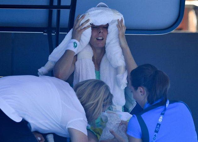 Alize Cornetová musela být během zápasu proti Elise Mertensové ošetřena.