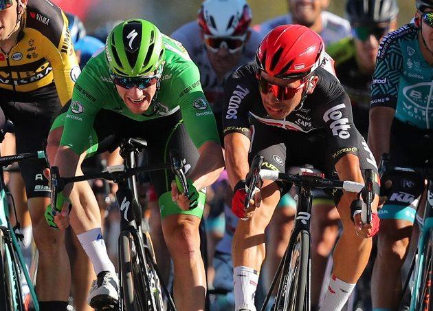 Cíl 11. etapy: Sam Bennett z Irska a Australan Caleb Ewan.