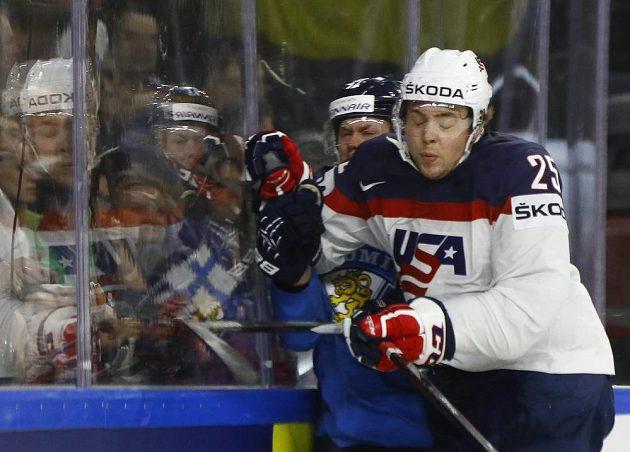 Americký hokejista Charlie McAvoy byl ve čtvrtfinále mistrovství světa proti Finsku u mantinelu hodně důrazný.