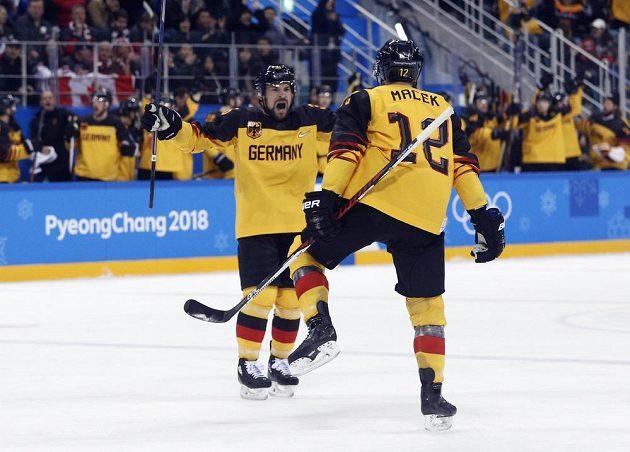 Brooks Macek slaví, Němci vedou v semifinále olympijského turnaje nad Kanadou.