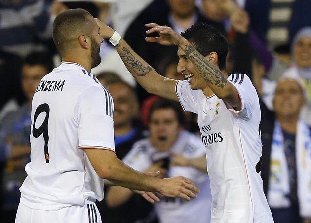Ángel Di María (vpravo) a Karim Benzema oslavují vedoucí gól argentinského záložníka.