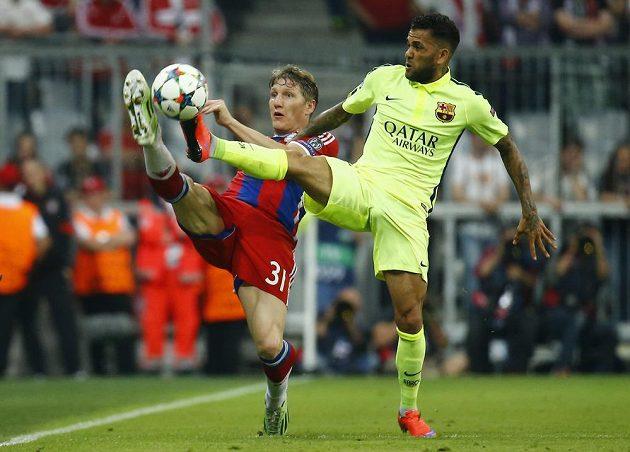 Souboj o míč v podání Daniho Alvese (vpravo) z Barcelony a mnichovského Bastiana Schweinsteigera.