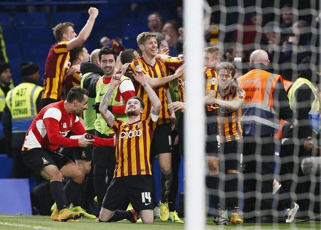 Hráči Bradfordu slaví kolosální fotbalovou senzaci!