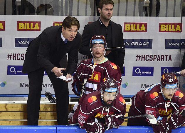 Trenér hokejové Sparty Uwe Krupp (vlevo) v akci na střídačce.