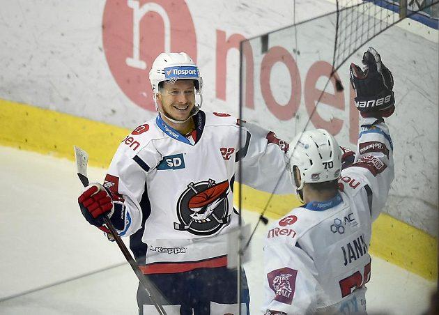 Chomutovští hokejisté Pavel Klhůfek a Bohumil Jank se radují z gólu.