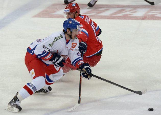 Tomáš Filippi ujíždí ruskému reprezentantovi Nikolaji Žerděvovi.