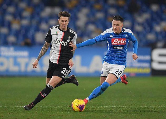 Zleva Federico Bernardeschi z Juventusu a Piotr Zielinski z Neapole.