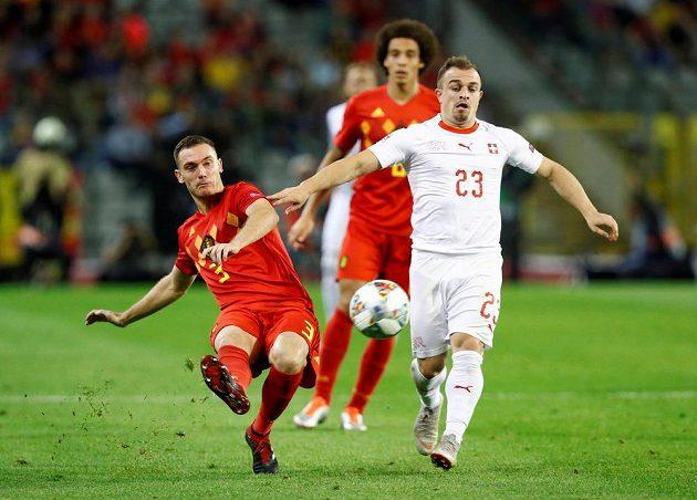 Švýcar Xherdan Shaqiri (vpravo) a Belgičan Thomas Vermaelen v souboji během utkání Ligy národů.