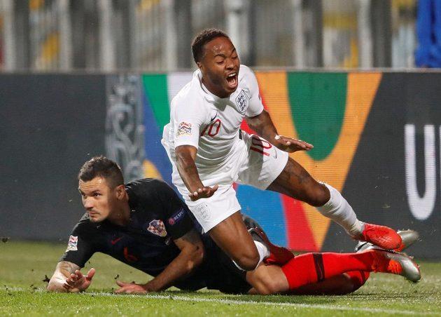 Chorvat Dejan Lovren (níže) a Angličan Raheem Sterling během duelu Ligy národů.