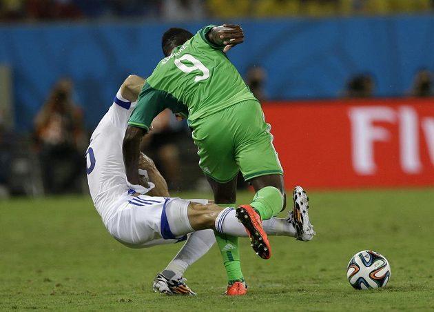 Souboj mezi Emenikem a Luličem (vlevo) během utkání MS mezi Nigérií a Bosnou.