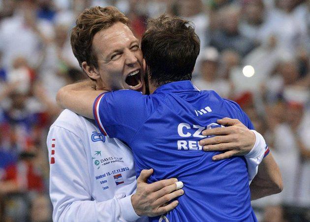 Radek Štěpánek (zády) porazil Srba Dušana Lajoviče, gratuluje mu spoluhráč Tomáš Berdych.