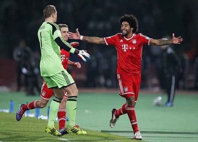 Dante (vpravo) oslavuje s kapitánem Bayernu Lahmem a gólmanem Neuerem svůj gól proti Casablance.