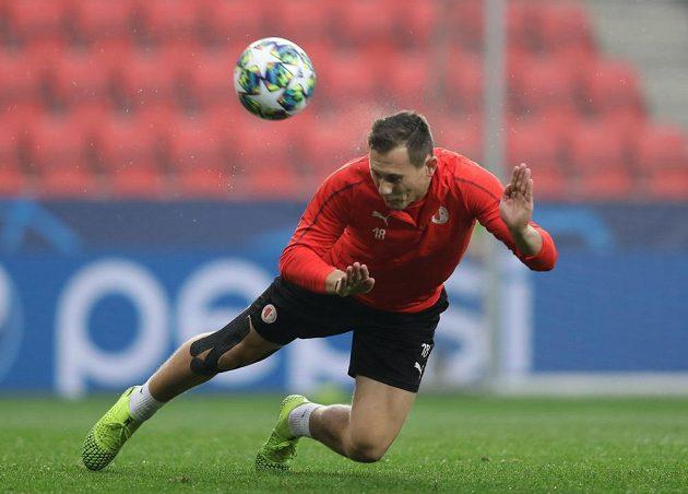 Slávista Jan Bořil piluje hru hlavou během tréninku na utkání s Barcelonou.