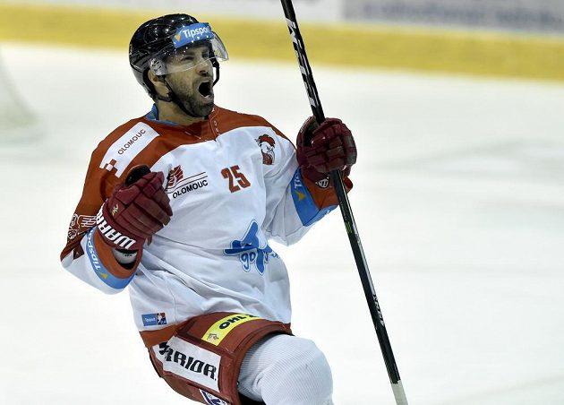 Zbyněk Irgl z Olomouce se raduje z gólu proti Pardubicím.