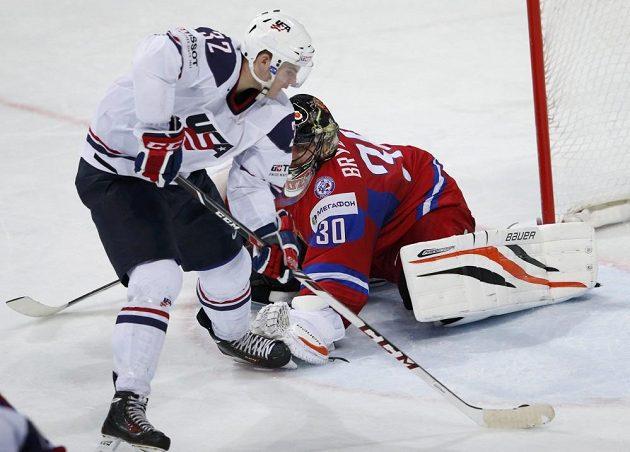 Alex Galchenyuk střílí čtvrtý gól amerického výběru, ruský brankář Ilja Bryzgalov pak raději odjel na střídačku.
