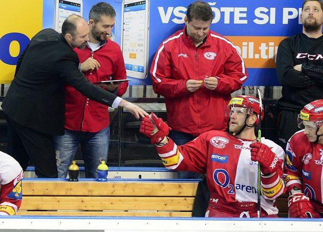 Slávistický trenér Josef Beránek (vlevo) gratuluje střelci druhého a rozhodujícího gólu proti Třinci Davidu Štichovi.