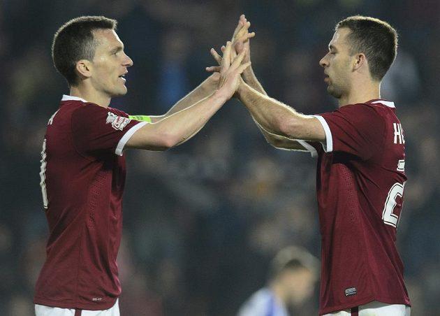 Josef Hušbauer (vpravo) přijímá gratulaci ke gólu od svého spoluhráče ze Sparty Davida Lafaty.