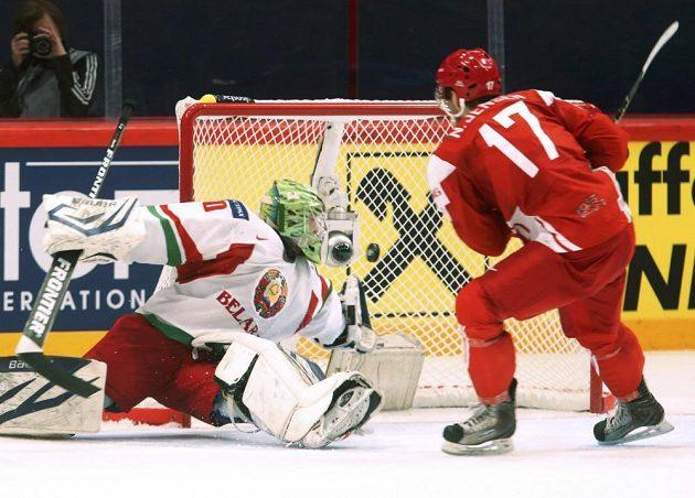 Dán Nicklas Jensen překonává běloruského gólmana Dmitrije Milčakova.