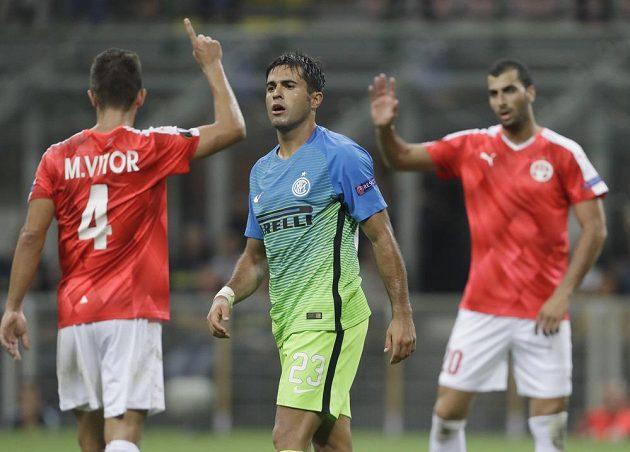 Hráči izraelského týmu slaví vstřelený gól, zatímco útočník Nerazzurri Éder nechápe.