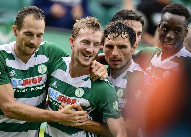 Hráči Bohemians gratulují autorovi třetí branky v utkání proti Mladé Boleslavi Petru Hronkovi (druhý zleva).