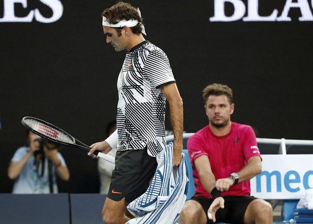 Roger Federer prochází kolem Stana Wawrinky během semifinále Australian Open.