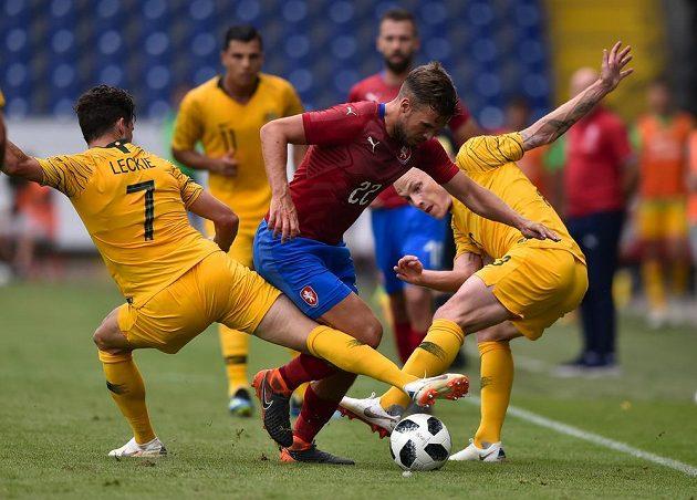 Filip Novák v obležení dvou australských hráčů Matthewa Leckieho (vlevo) a Aarona Mooye.
