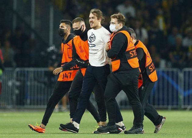 Výtržník na trávníku během zápasu Ligy mistrů mezi Young Boys a Manchesterem Unite.