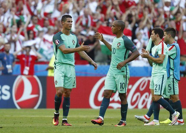 Cristiano Ronaldo a Joao Mário (10) z Portugalska krátce po remíze 3:3 s Maďarskem.