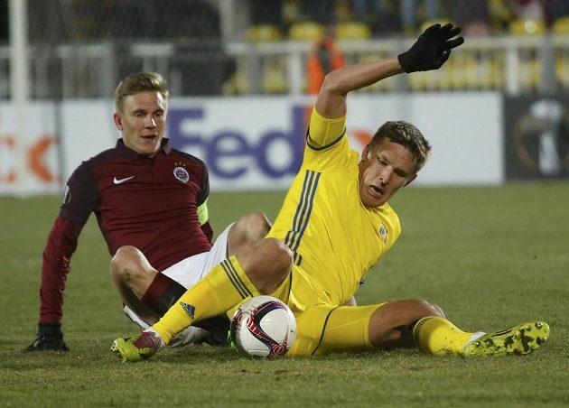 Sparťan Bořek Dočkal (vlevo) v souboji vsedě s Aleksandrem Bucharovem z Rostova.