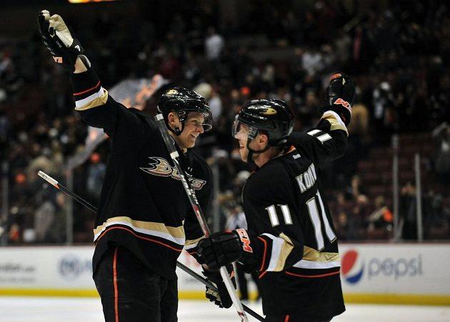 Útočníci Anaheimu Corey Perry (vlevo) a Saku Koivu slaví gól proti New Yorku Islanders.