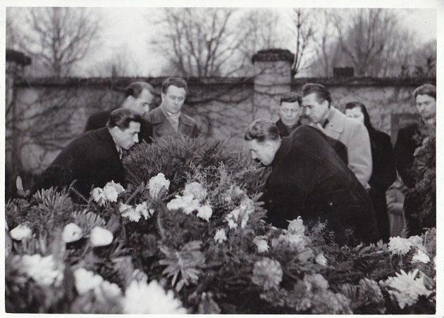 Chomutovští hokejisté pokládají věnec k hrobům svých kamarádů, kteří nepřežili leteckou nehodu.