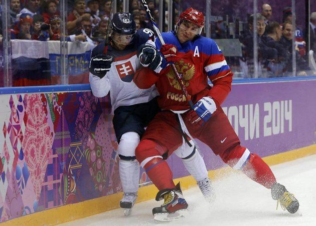 Ruská superstar Alexandr Ovečkin (vpravo) umí hrát i tvrdě. Své o tom ví slovenský útočník Tomáš Tatar.
