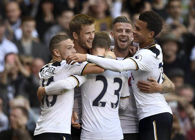 Fotbalisté Tottenhamu se radují z gólu Erica Diera.