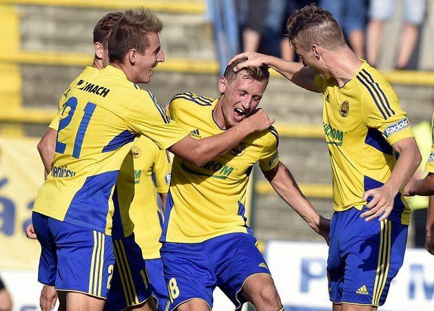 Hráči Zlína se radují z gólu proti Příbrami. Druhý zprava je autor branky Tomáš Hájek.