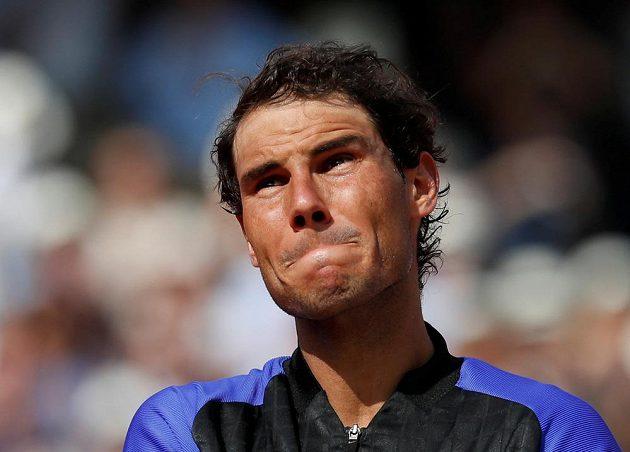 Dojatý Rafael Nadal během slavnostního ceremoniálu po svém triumfu na letošním French Open.