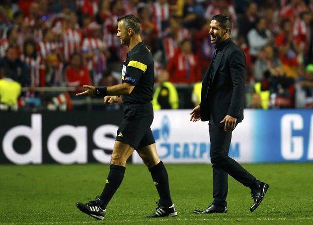 Kouč Atlétika Diego Simeone (vpravo) se sudím Bjornem Kuipersem.