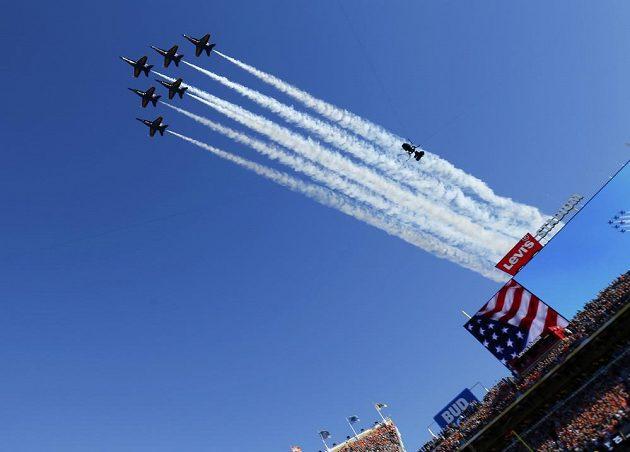 I letadla americké armády patřila k ceremoniálu před bojem o Super Bowl mezi Carolinou a Denverem v Santa Claře.