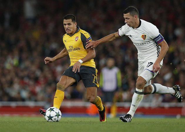 Obránce Basileje Marek Suchý (vpravo) stíhá útočníka Arsenalu Alexise Sáncheze v zápase Ligy mistrů.