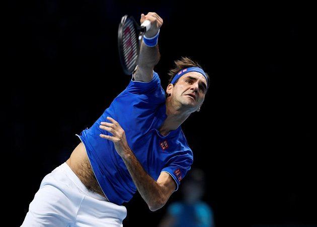 Hvězdný Roger Federer ze Švýcarska v akci během semifinále tenisového Turnaje mistrů.