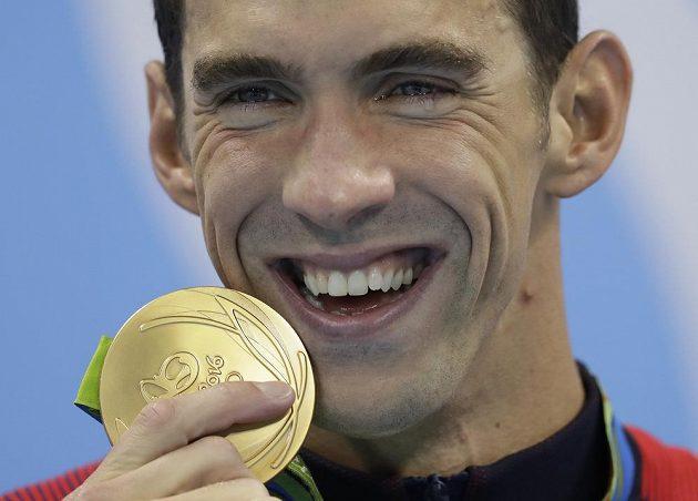 Michael Phelps se zlatou medailí z Ria.