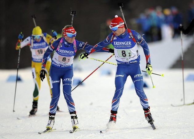 Česká dvojice Eva Puskarčíková a Michal Krčmář při předávce v závodě smíšených dvojic na SP v Novém Městě na Moravě.