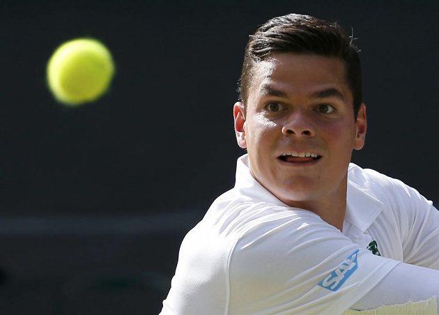 Milos Raonic v semifinále Wimbledonu proti Rogerovi Federerovi.