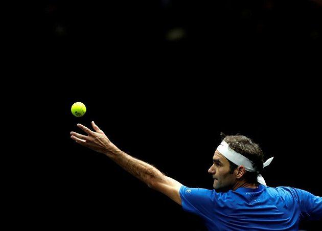 Roger Federer v utkání se Samem Querreym nezaváhal a Výběr Evropy vede v Laver Cupu už 5:1.