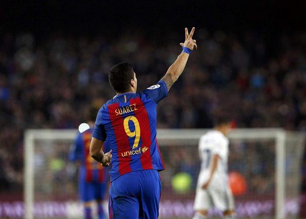 Luis Suárez z Barcelony se raduje z vedoucí branky proti Realu Madrid.