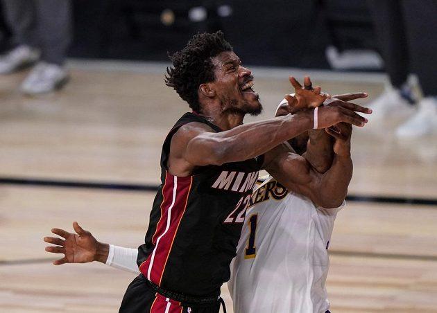 Jeden z nejlepších výkonů v historii finálových bojů NBA v podání Jimmyho Butlera zajistil basketbalistům Miami vítězství nad Los Angeles Lakers.
