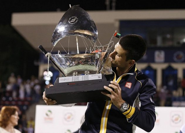 Novak Djokovič s trofejí za triumf na turnaji v Dubaji.