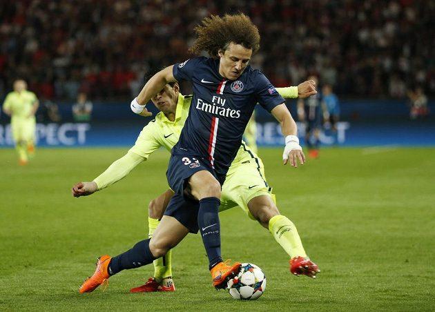 Luis Suárez z Barcelony (vlevo) se snaží sebrat míč Davidu Luizovi z Parist St. Germain.
